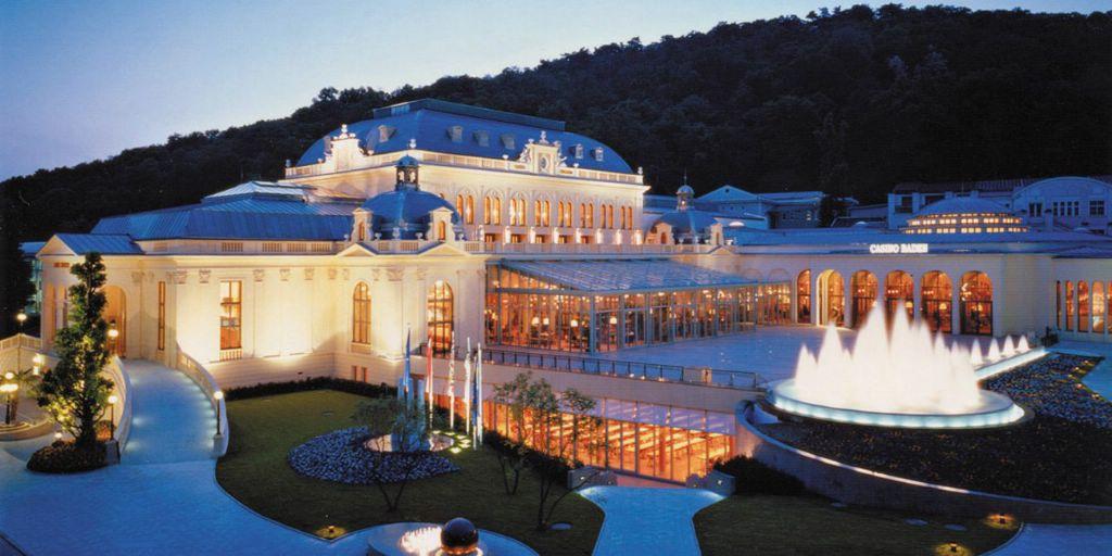 Красивый дворец ночью