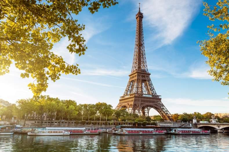 Красивая Эйфелевая башня в Париже